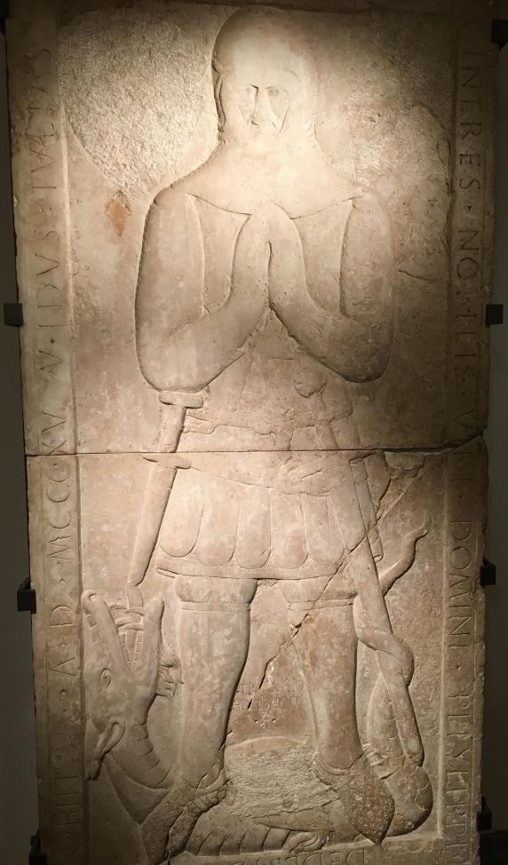 sarcofago cavaliere medievale