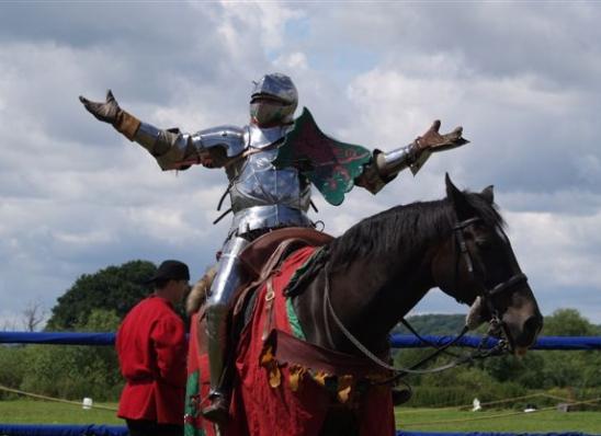 Cavaliere medievale in Armatura su destriero