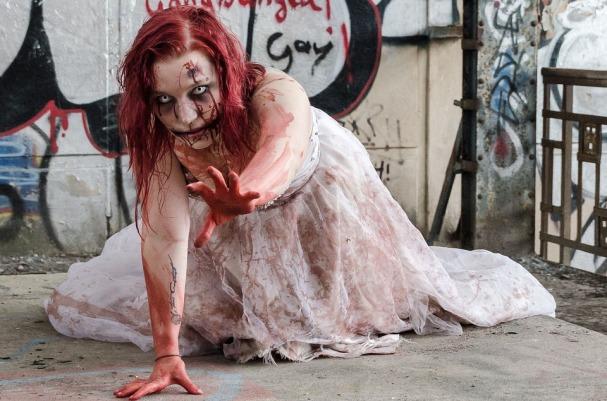 ragazza zombie striscia zombie apocalypse