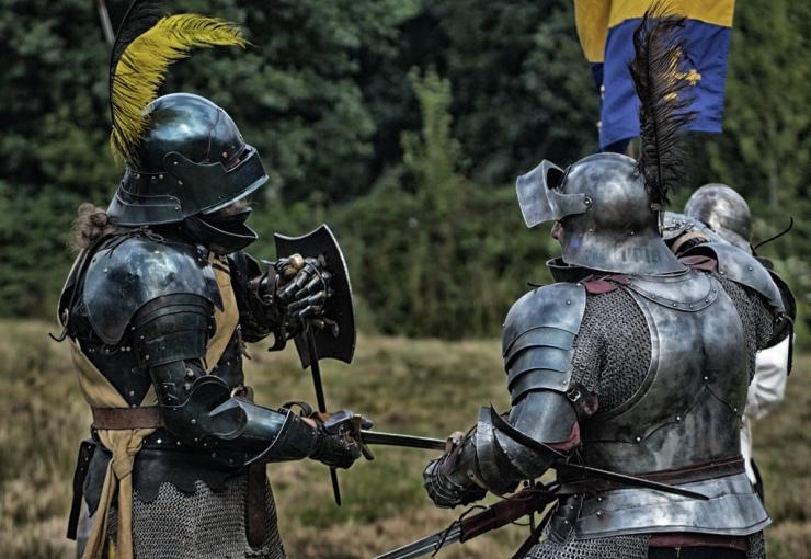 battaglia tra cavalieri in armatura